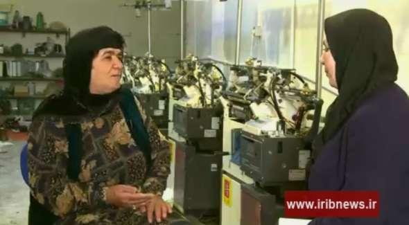 کارآفرینی بانوی کردستانی با تولید جوراب و دستکش